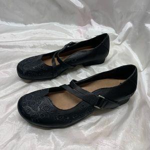 Taōs Wish Mary Jane Embroidery Shoes